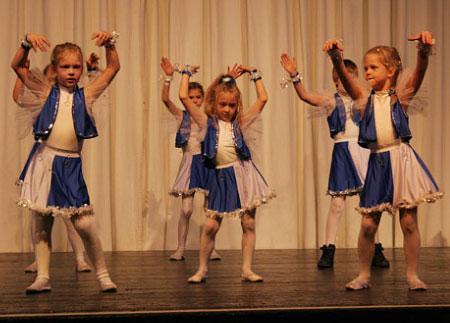 Kinder Show Dance